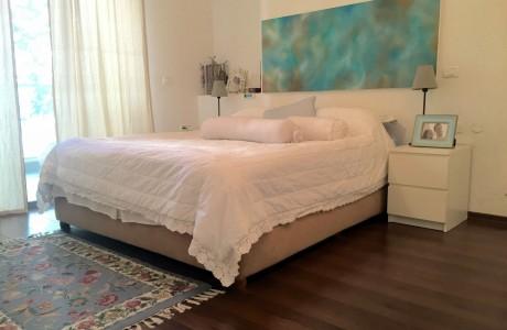 חדר שינה עם ציור אווירה טורקיז
